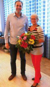 Der alte und neue Vorsitzende J. Batschkus verabschiedet die langjährige Stellvertreterin Judith Härtel.